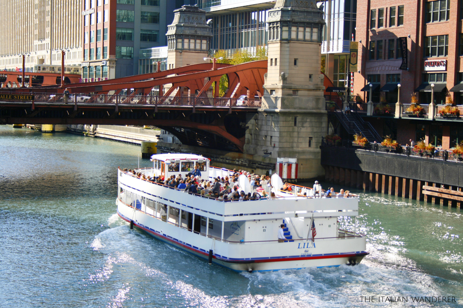 Chicago, a ferry tour is one of the best way to visit the city